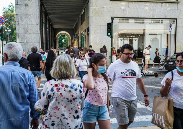 Coronavirus in Italy: people walking in Turin (ANSA)